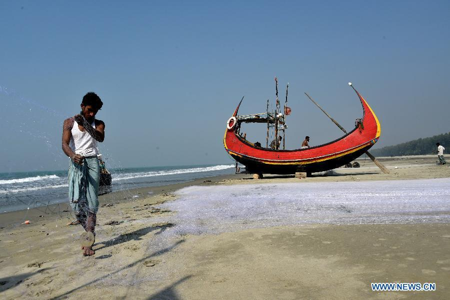 A fisherman prepares his fishing net near a boat in Cox\'s Bazar, Bangladesh, Jan. 9, 2019. China will hold the Conference on Dialogue of Asian Civilizations starting from May 15. Under the theme of \