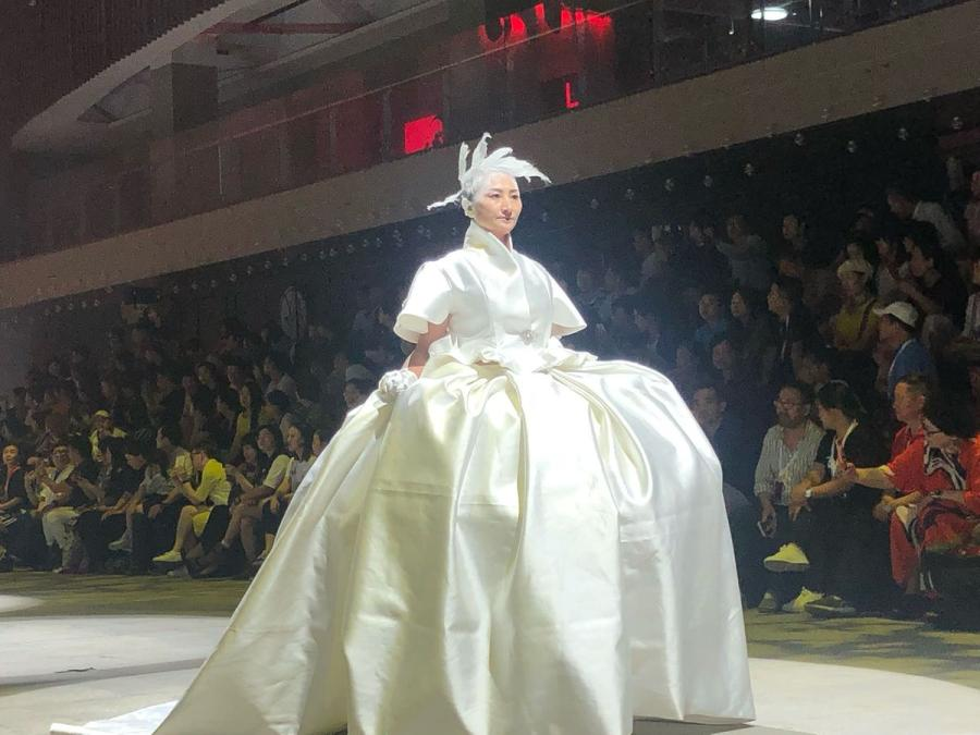 An elderly model is seen backstage at the Mother\'s Day show in Wuhan.  (Photo/chinadaily.com.cn)