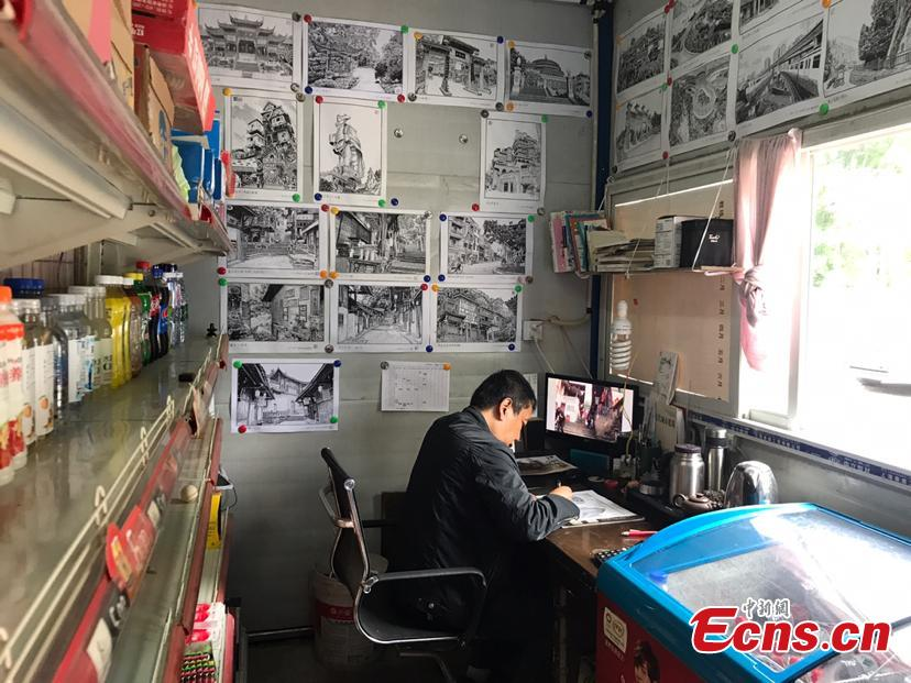 Bai Wei, 52, a guard in a driving school in Southwest China\'s Chongqing Municipality, works on a pen drawing. Bai has created over 20 pen drawings about Chongqing\'s famous tourist attractions during his spare time. Bai said he wants to record Chongqing\'s rapid progress with the pen drawings. (Photo: China News Service/Xiao Jiangchuan)