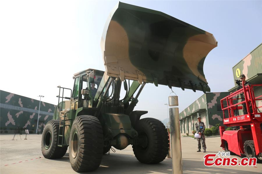 A unit of the People\'s Liberation Army Rocket Force held a skills contest where 100 military engineers competed to maneuver vehicles and machines including excavators, loaders, cranes, and forklifts passed various obstacles. (Photo: China News Service/Fang Lei)