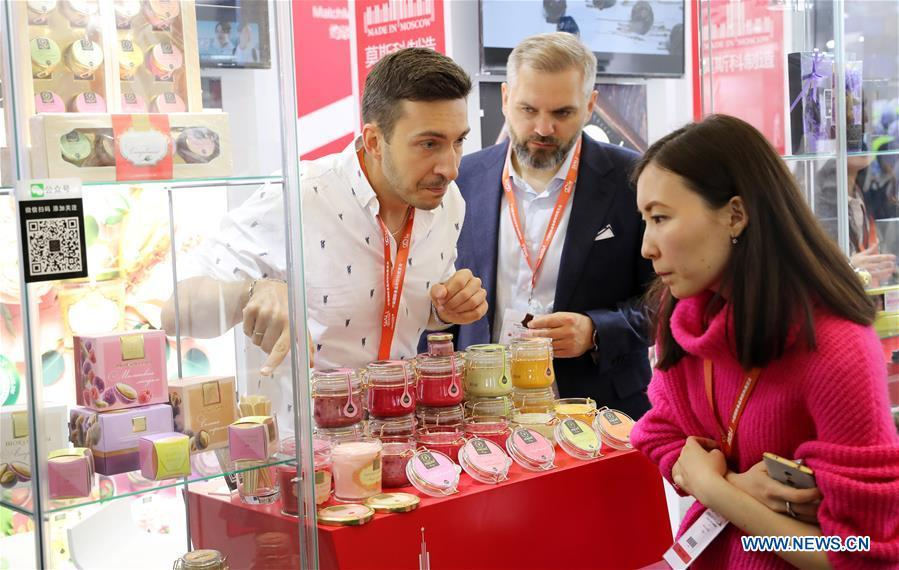 A Russian exhibitor (L) introduces jam products to a visitor during the 20th SIAL China in Shanghai, east China, May 14, 2019. The 20th SIAL China, an international food and beverage exhibition, kicked off at Shanghai New International Expo Center on Tuesday. The exhibition has attracted nearly 4,300 exhibitors from different countries and regions . (Xinhua/Fang Zhe)