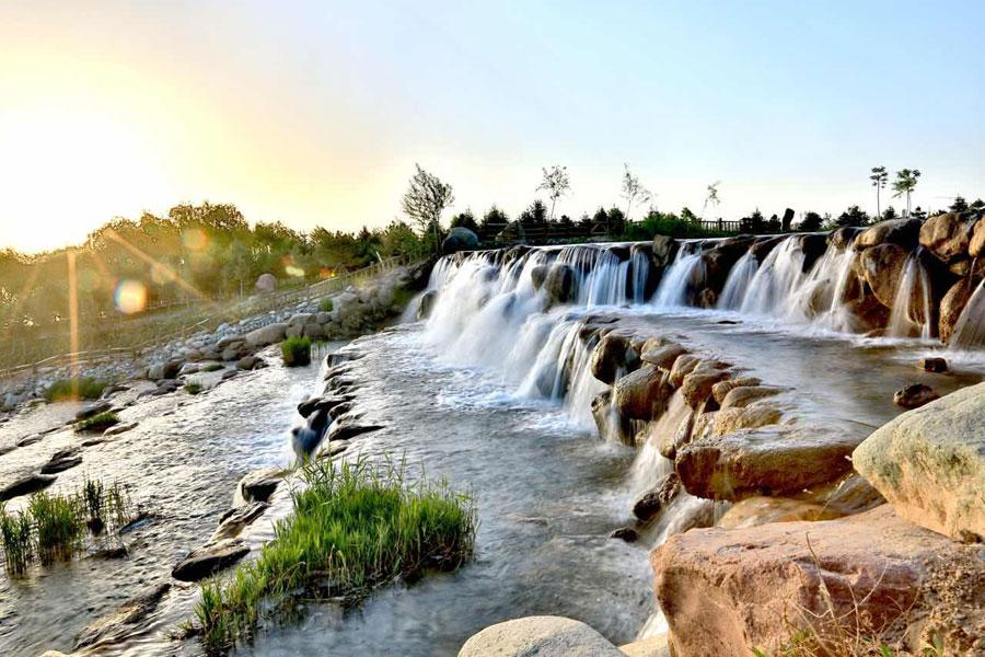 The waterfall in the Lushuiwan scenic area of Zhangye city, Northwest China\'s Gansu Province, is seen May 13, 2019. (Photo by Chen Li for chinadaily.com.cn)
