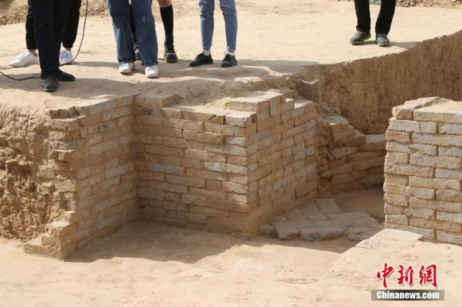 The Cultural Relics Exploration and Management Office in Zhengzhou City, Henan Province has announced the discovery of 160 toms of the Han Dynasty (206 BC?220 AD) built in different styles, such as with a flat or caved top. (Photo: China News Service/VCG)