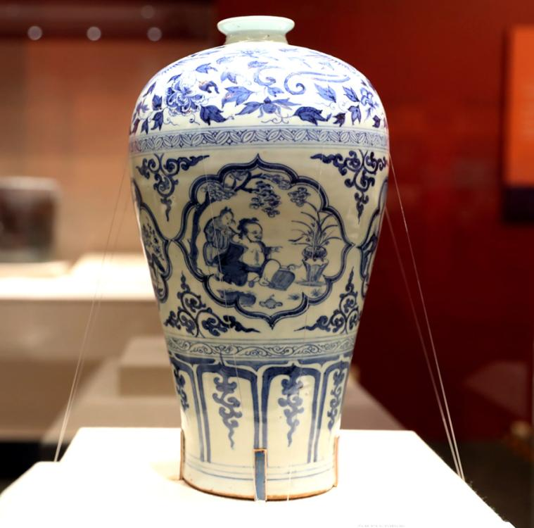 Yuan Dynasty (1271-1368) blueand-white ceramic vase used to display plum blossoms, Hubei Provincial Museum. (Photo provided to China Daily)  From seventh-century BC bird-shaped pottery from Armenia to a Western Han Dynasty (206 BC-AD 24) gold-covered lamp, each item is testimony to the power of cross-border communication and cultural sharing.  One of the exhibits is a late Qing Dynasty (1644-1911) kamcheng, a covered porcelain container, from the Asian Civilisations Museum in Singapore. Kennie Ting, director of the museum, told China Daily that it was a perfect example of how Chinese migrants mixed with indigenous populations to form the unique Baba-Nyonya culture long ago.  \
