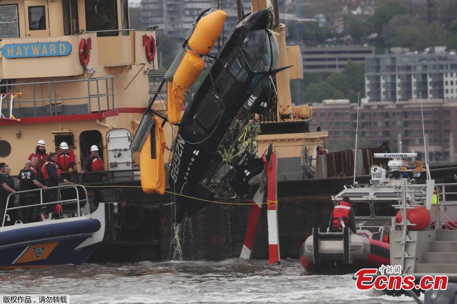 A helicopter is loaded, by crane, onto a barge after it crashed into the Hudson River on May 15, 2019 in New York.  A helicopter crashed into the Hudson River on May 15 afternoon shortly after taking off from a Manhattan heliport, authorities said. The pilot, identified as Eric Morales, was rescued by a passing NY Waterway ferry a short time later.(Photo/Agencies)