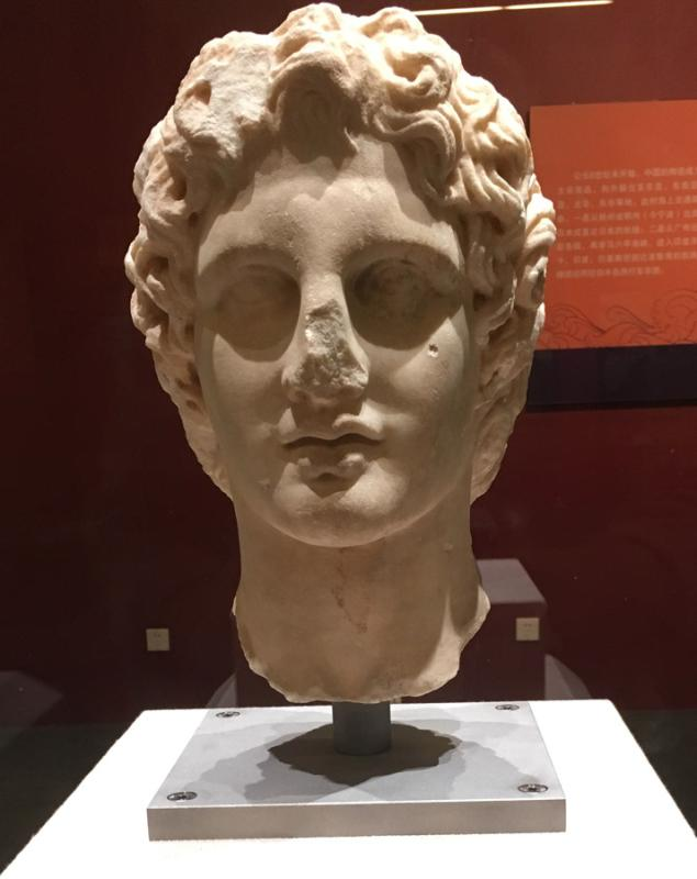 Marble bust of Alexander the Great, one of many such artifacts made by artists during the Macedonian\'s expansion to West and South Asia, New Acropolis Museum.(Photo provided to China Daily)