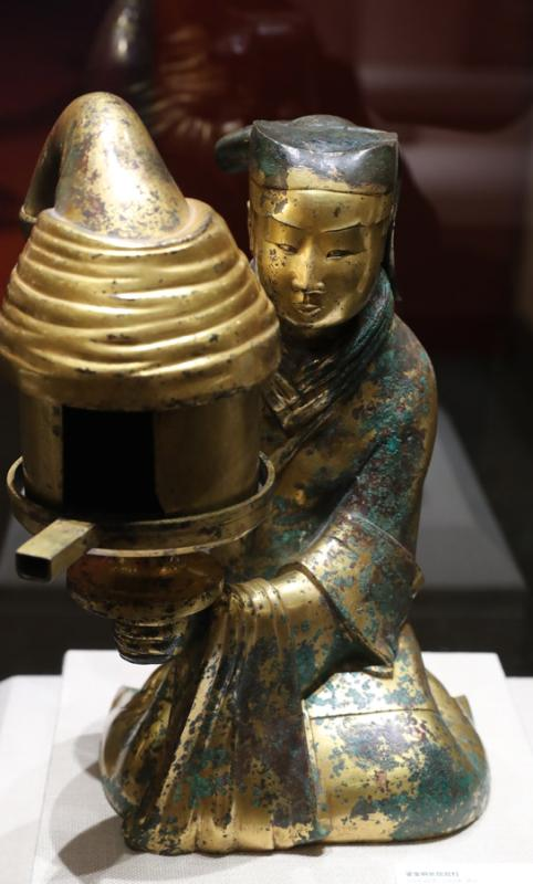 Changxin Gongdeng, a goldbronze lamp in shape of maid, once owned by the royal family during the Western Han Dynasty (206 BC-AD 24), Hebei Museum. (Photo provided to China Daily)