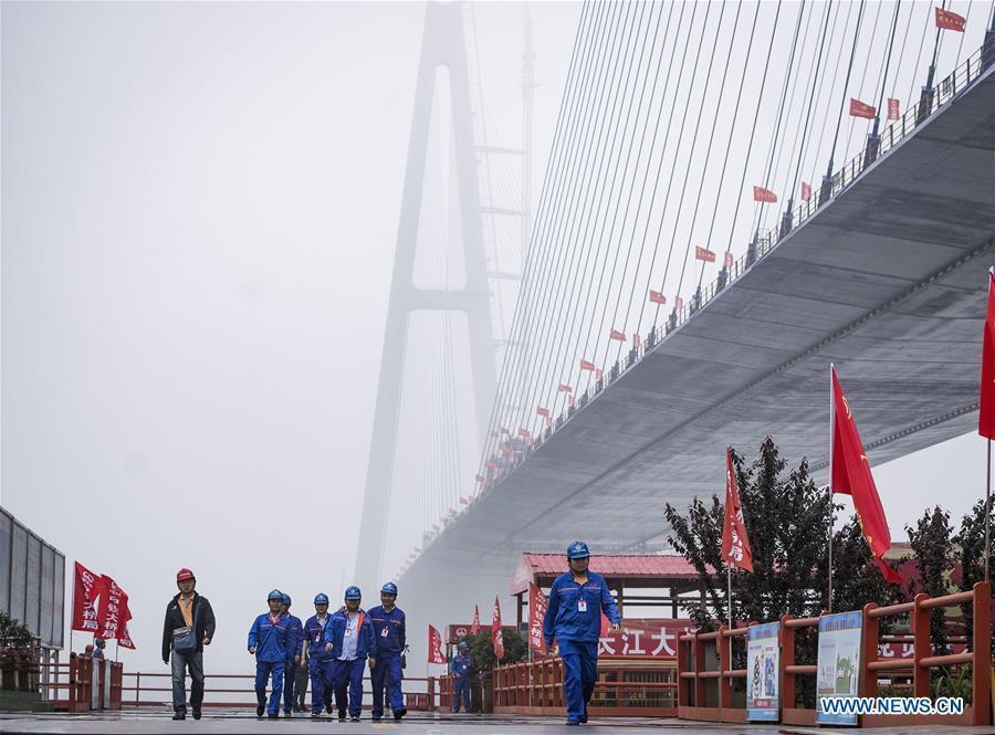 Construction workers are on the construction site of Qingshan Yangtze River Bridge in Wuhan, central China\'s Hubei Province, May 16, 2019. The 7,548 meter-long Qingshan Yangtze River Bridge is now the widest bridge over Yangtze River. (Xinhua/Xiao Yijiu)