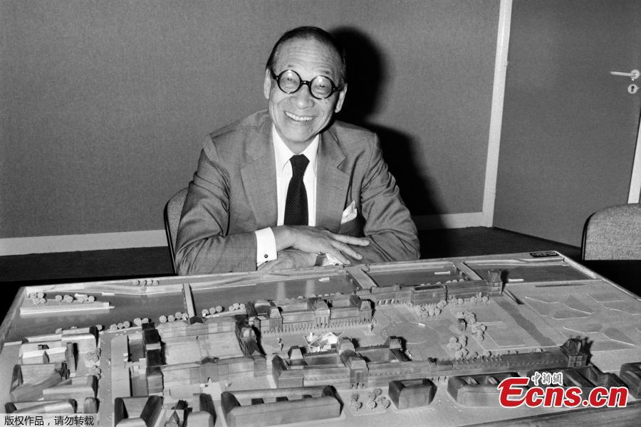 The portrait taken on September 27, 1985 shows Chinese American architect Ieoh Ming Pei with the architectural model of the Louvre Pyramid in Paris.(Photo/Agencies)