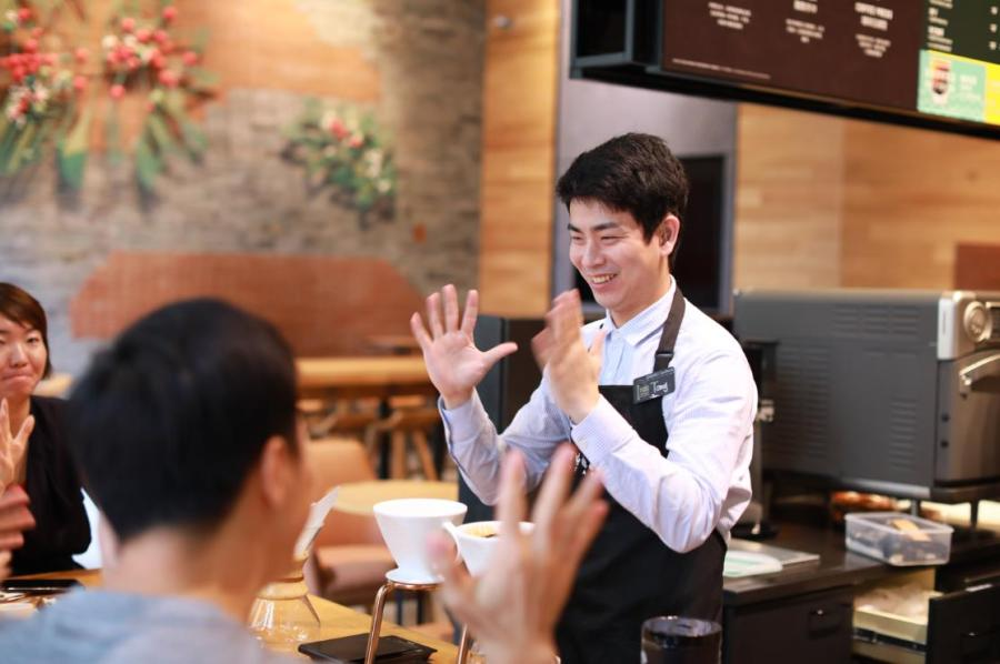 An employee uses sign language to interact with customers at Starbucks China\'s first store with sign language capability in Guangzhou\'s Yuexiu district, May 19, 2019. (Photo provided to chinadaily.com.cn) The coffee chain has more than 3,800 stores in the country; the move is part of its ongoing efforts to get closer to local communities.  \