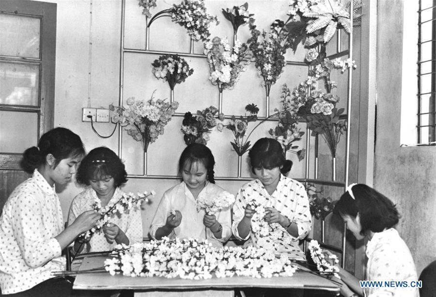 Undated file photo shows workers making silk flowers at a factory in Shatoujiao Township of Shenzhen, south China\'s Guangdong Province. The Chung Ying Street (Chung Ying means China and Britain), linking Shenzhen of Guangdong Province and Hong Kong in south China, has once again set sail in the development of the Guangdong-Hong Kong-Macao Greater Bay Area and embarked on a new journey towards high-quality development. (Xinhua/Yang Zhenhe)