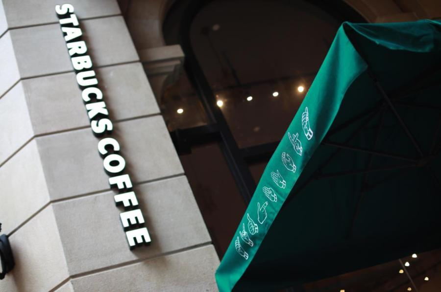 Starbucks China opens its first store with sign language capability in Guangzhou\'s Yuexiu district, May 19, 2019.  (Photo provided to chinadaily.com.cn)