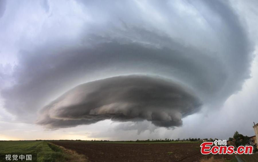 Electric-blue clouds hover above ploughed fields in Montagnana, Italy, taking on the shape of a spaceship, as a storm begins to develop. Photographer Marko Korosec, 37, said it was the most impressive formation he has ever seen in Europe after 20 years of chasing storms across the world. (Photo/VCG)