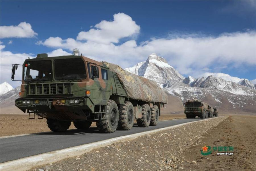 An artillery brigade of the PLA Tibet Military Command undergoes a live-fire drill in an area 4,600 meters above sea level. (Photo/81.cn)