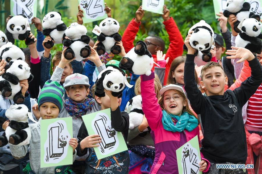 Children wave panda toys to welcome giant panda Yuan Yuan at the Schoenbrunn Zoo in Vienna, Austria, on May 20, 2019. Giant panda Yuan Yuan was officially handed over to the zoo in a grand ceremony on Monday morning. Yuan Yuan is a 19-year-old male who has been in Vienna since mid-April and quarantined for a month before visitors could take a look at him. (Xinhua/Guo Chen)