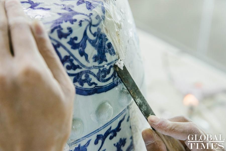 The blue and white porcelain stool, or xiudun, is being remade from the 132 broken pieces found in Yuanmingyuan Park, and some parts of it are still missing. (Photo: Li Hao/GT)