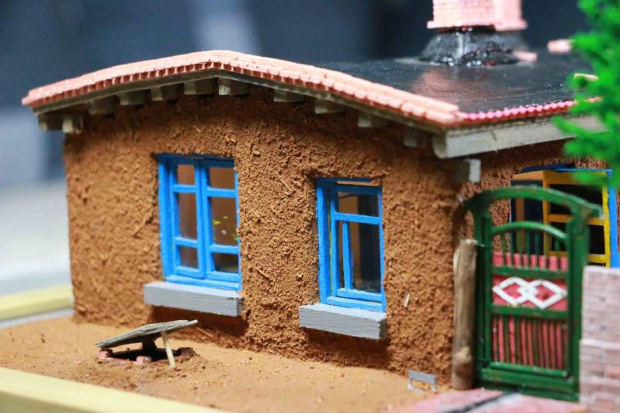 A scene from a miniature rammed-earth house, or gandalei, created by Wang Tao. (Photo provided to chinadaily.com.cn) \