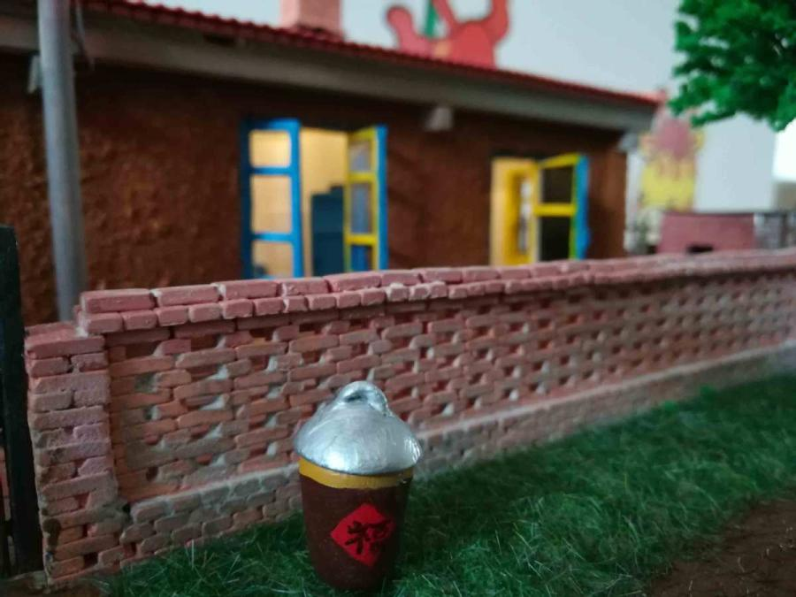 A scene from a miniature rammed-earth house, or gandalei, created by Wang Tao. (Photo provided to chinadaily.com.cn)