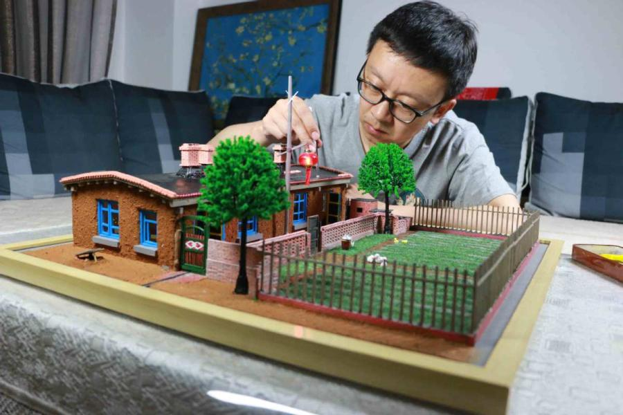 Wang Tao works on his artwork.  (Photo provided to chinadaily.com.cn)