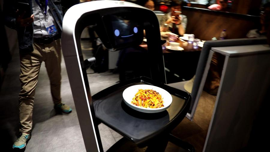 A robot delivers a dish at the X Future Restaurant. (Photo/People\'s Daily Online)