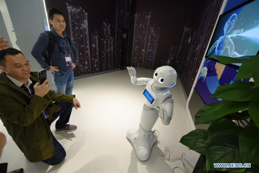 A visitor interacts with a robot with 5G technology during China International Big Data Industry Expo 2019 in Guiyang, southwest China\'s Guizhou Province, May 26, 2019. The expo on big data opened Sunday in Guizhou Province, focusing on the latest innovation of the technology and its applications. The four-day expo will be attended by 448 enterprises from 59 countries and regions, according to the organizing committee. (Xinhua/Yang Wenbin)
