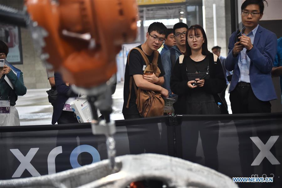 People watch a demonstration of 3D-printing during China International Big Data Industry Expo 2019 in Guiyang, southwest China\'s Guizhou Province, May 26, 2019. The expo on big data opened Sunday in Guizhou Province, focusing on the latest innovation of the technology and its applications. The four-day expo will be attended by 448 enterprises from 59 countries and regions, according to the organizing committee. (Xinhua/Ou Dongqu)