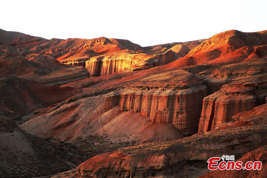 A view of Danxia landforms at a geological park in Zhangye City, Northwest China\'s Gansu Province. Reminiscent of a home to aliens, the unique geomorphology is formed from red sandstone and characterized by steep cliffs. Zhangye, an important outpost on the ancient Silk Road, is home to many scenic areas with Danxia landforms that provide a unique tourism resource for the city. (Photo: China News Service/Li Xiaodong)
