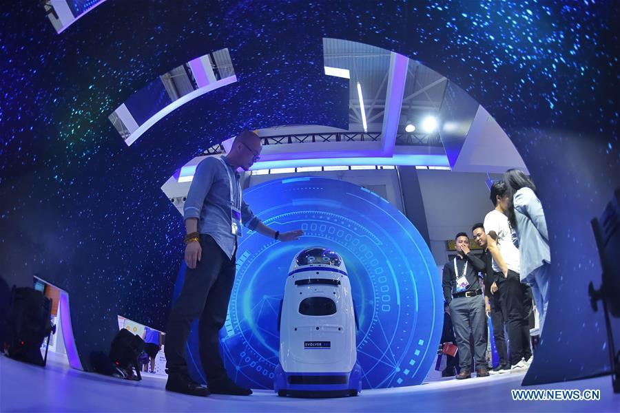 An exhibitor interacts with a robot during China International Big Data Industry Expo 2019 in Guiyang, southwest China\'s Guizhou Province, May 26, 2019. The expo on big data opened Sunday in Guizhou Province, focusing on the latest innovation of the technology and its applications. The four-day expo will be attended by 448 enterprises from 59 countries and regions, according to the organizing committee. (Xinhua/Ou Dongqu)