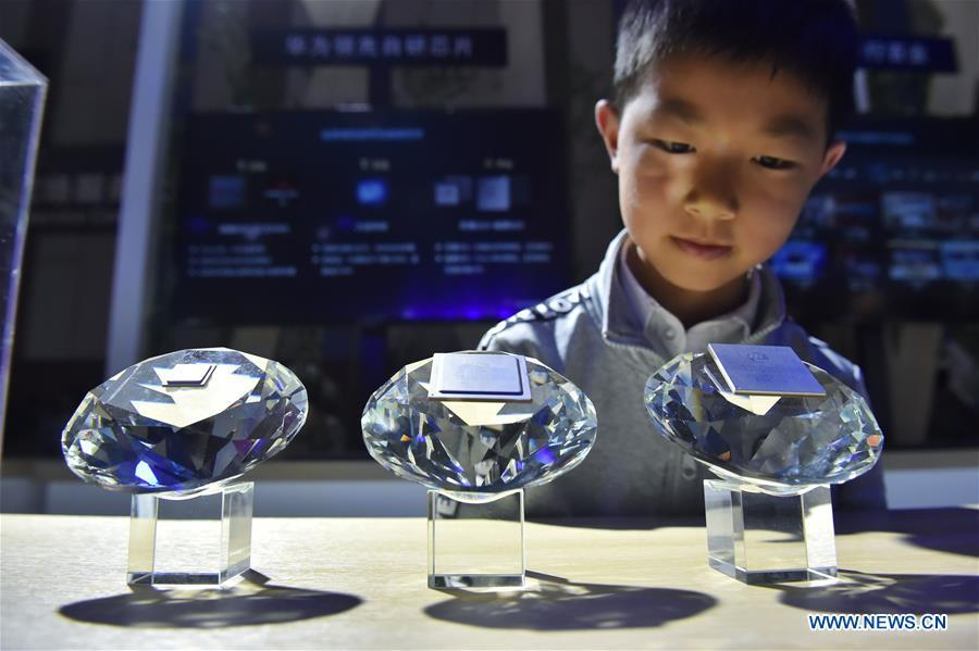 A kid views chips designed for 5G base stations by Huawei during China International Big Data Industry Expo 2019 in Guiyang, southwest China\'s Guizhou Province, May 26, 2019. The expo on big data opened Sunday in Guizhou Province, focusing on the latest innovation of the technology and its applications. The four-day expo will be attended by 448 enterprises from 59 countries and regions, according to the organizing committee. (Xinhua/Ou Dongqu)