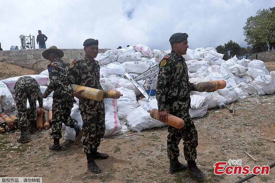 Nepali Army personnel collect waste from Mount Everest at Namche Bazar in Solukhumbu district on May 27, 2019, before it is transported to Kathmandu to be recycled. Some ten tonnes of garbage have been picked from Mount Everest and four bodies retrieved at the end of this year\'s climbing season, Nepalese authorities said on May 27.(Photo/Agencies)