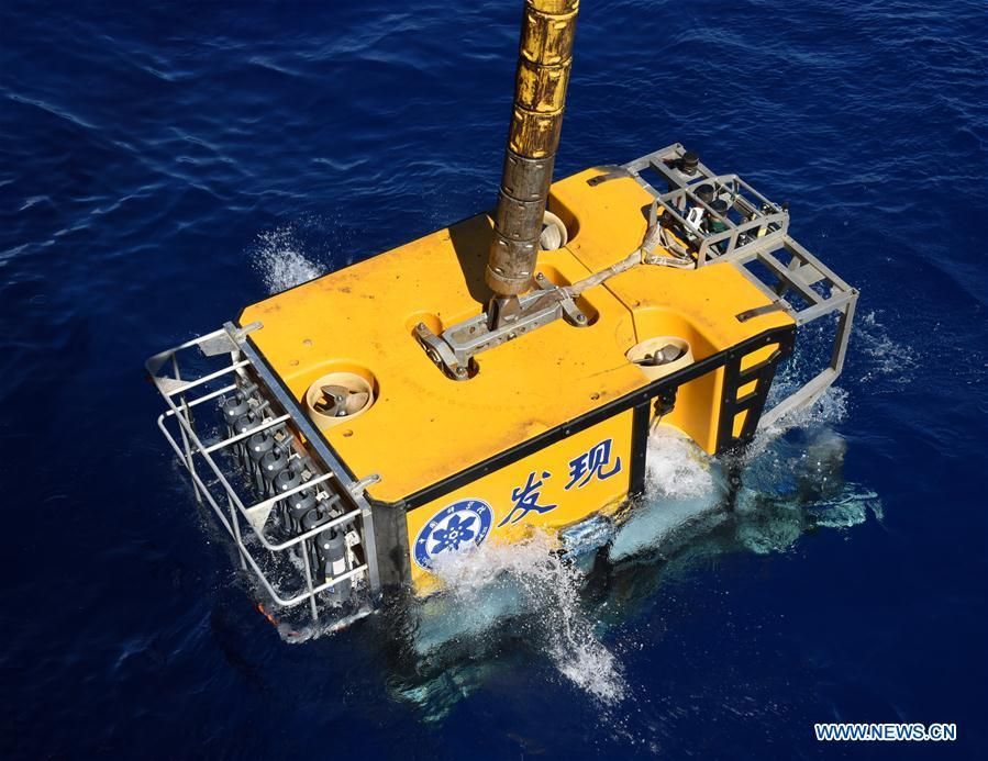 The remote operated vehicle (ROV), Discovery, dives into the sea in the south of the Mariana Trench, May 27, 2019. China\'s research vessel KEXUE (Science) on Monday started to explore a series of seamounts in the south of the Mariana Trench, the deepest place of the earth. The remote operated vehicle (ROV), Discovery, dived into the sea on Monday morning to collect videos, information and samples from a small seamount in the southwest of the targeted area. (Xinhua/Zhang Xudong)