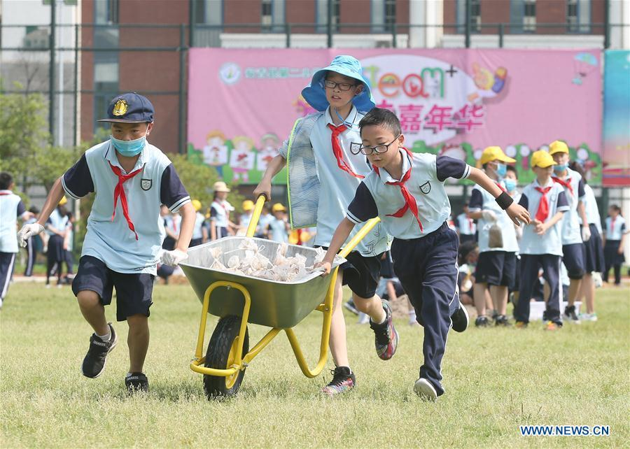 Students play games celebrating the upcoming Children\'s Day at a primary school in Huzhou City, east China\'s Zhejiang Province, May 27, 2019. (Xinhua/Xia Pengfei)