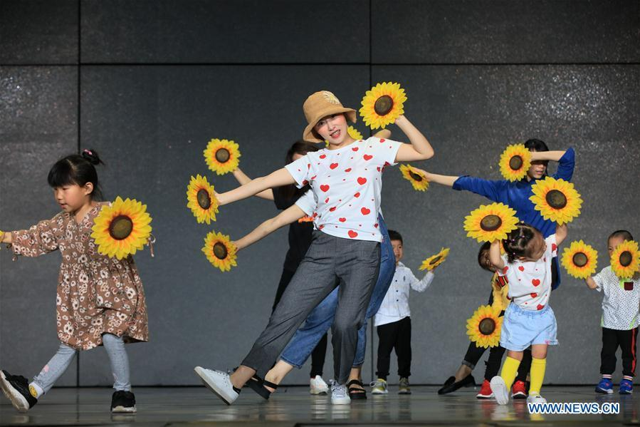 Children and their parents rehearse for Children\'s Day performance at a kindergarten in Zhangjiajie City, central China\'s Hunan Province, May 27, 2019. (Xinhua/Wu Yongbing)