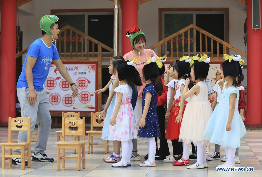 Children rehearse for Children\'s Day performance with their teachers at a kindergarten in Zhangjiajie City, central China\'s Hunan Province, May 27, 2019. (Xinhua/Wu Yongbing)