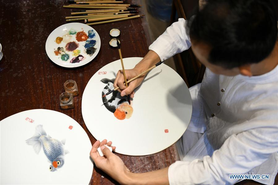 Ceramic painter Yang Yuhui paints in a studio in Shijiazhuang City, north China\'s Hebei province, May 27, 2019. (Xinhua/Xu Jianyuan)