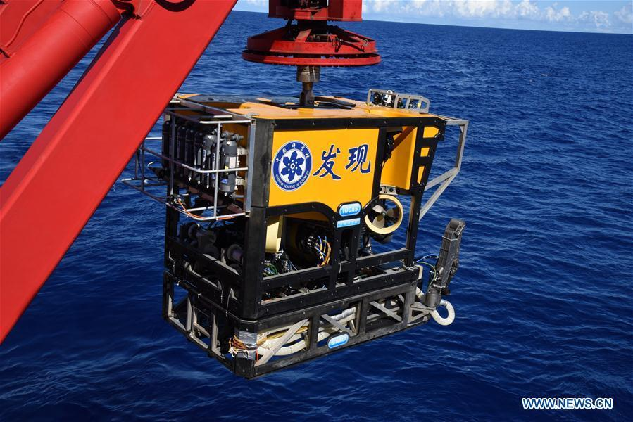 The remote operated vehicle (ROV), Discovery, prepares to dive into the sea in the south of the Mariana Trench, May 27, 2019. China\'s research vessel KEXUE (Science) on Monday started to explore a series of seamounts in the south of the Mariana Trench, the deepest place of the earth. The remote operated vehicle (ROV), Discovery, dived into the sea on Monday morning to collect videos, information and samples from a small seamount in the southwest of the targeted area. (Xinhua/Zhang Xudong)