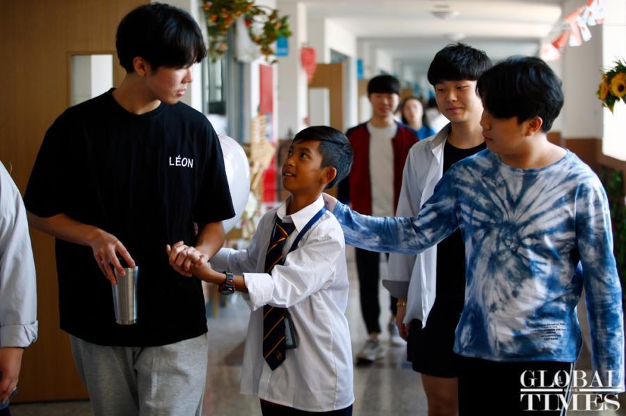 Thuch Salik, the incredible Cambodian boy who can speak 15 languages, including Chinese, has received sponsorship from China\'s Hailiang Education Group to pursue his studies at Hailiang Foreign Language School in Zhejiang Province. He was found to be able to speak 15 languages while selling souvenirs to tourists from all over the world at the tourist spots in Cambodian. Thuch Salik\'s father maintains his family by drawing, and his mother is sick and frail. Thuch Salik said he would study hard and go to college in Beijing in the future. (Photos: Yang Hui/GT)