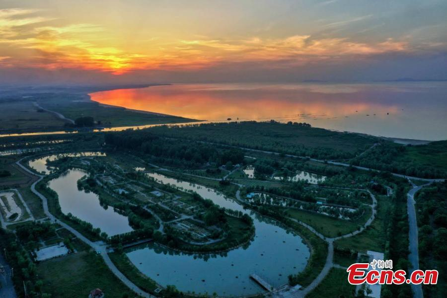 The photo taken shows the Chaohu Lake at twilight in Chaohu, east China\'s Anhui Province. (Photo: China News Service/Li Bin)
