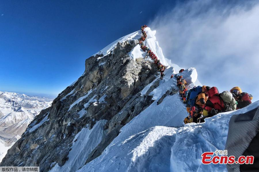 This photo taken on May 22, 2019 shows heavy traffic of mountain climbers lining up to stand at the summit of Mount Everest. Many teams had to line up for hours on May 22 to reach the summit, risking frostbites and altitude sickness, as a rush of climbers marked one of the busiest days on the world\'s highest mountain. (Photo/Agencies)