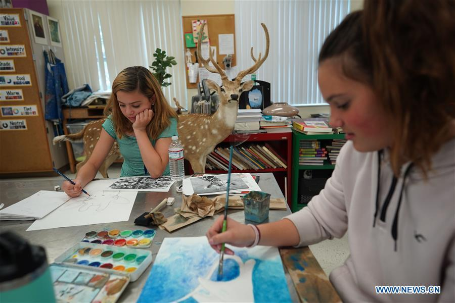 Students attend art class at Bak Middle School of the Arts in West Palm Beach, Florida, the United States, April 26, 2019. On April 7, 2017, Peng Liyuan, wife of Chinese President Xi Jinping paid a visit to the school at the invitation of U.S. First Lady Melania Trump, where they watched students perform and talked with them, initiating efforts to build a bridge of people-to-people exchanges between China and the school. Bak\'s School Board Chair Francine Manthy and Executive Director Susy Diaz from the school wrote Peng a letter recently to mark the second anniversary of her visit and again express their appreciation to the Chinese first lady. To their delight, Peng quickly replied. In the letter, Peng said that both China and the United States have a splendid culture, and it is a common wish to strengthen bilateral exchanges, especially among young people. (Xinhua/Liu Jie)