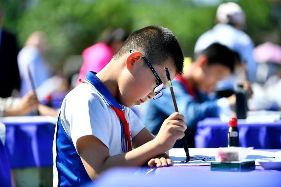 More than 1,300 primary school students attend a calligraphy competition in Yinchuan, capital of Northwest China\'s Ningxia Hui autonomous region, on Tuesday. (Photo by Li Jing/for chinadaily.com.cn)