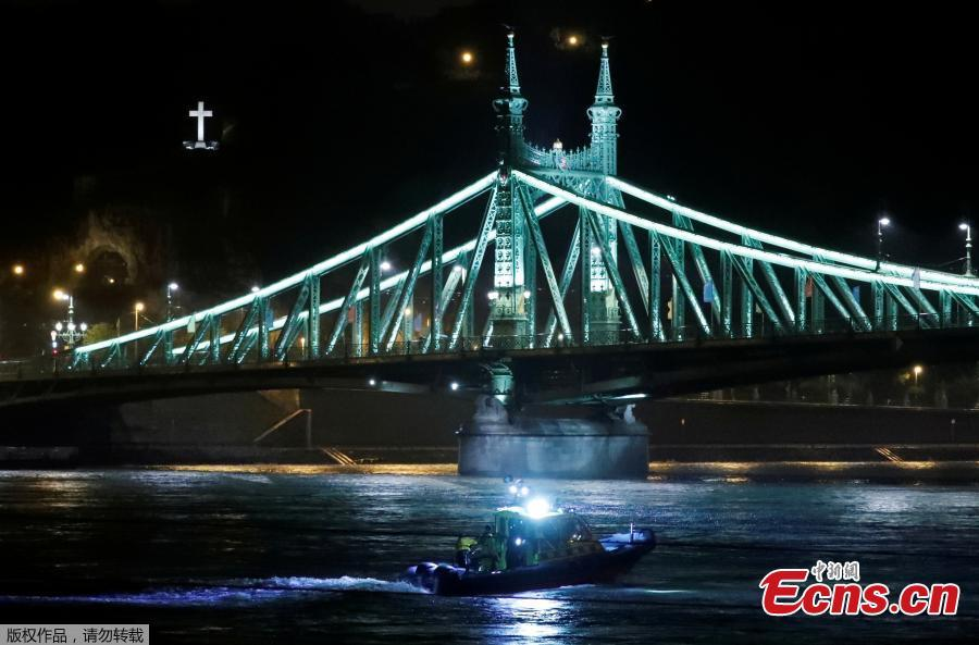 A rescue boat is seen on the Danube river after a tourist boat capsized?in Budapest, Hungary, May 29, 2019. (Photo/Agencies)