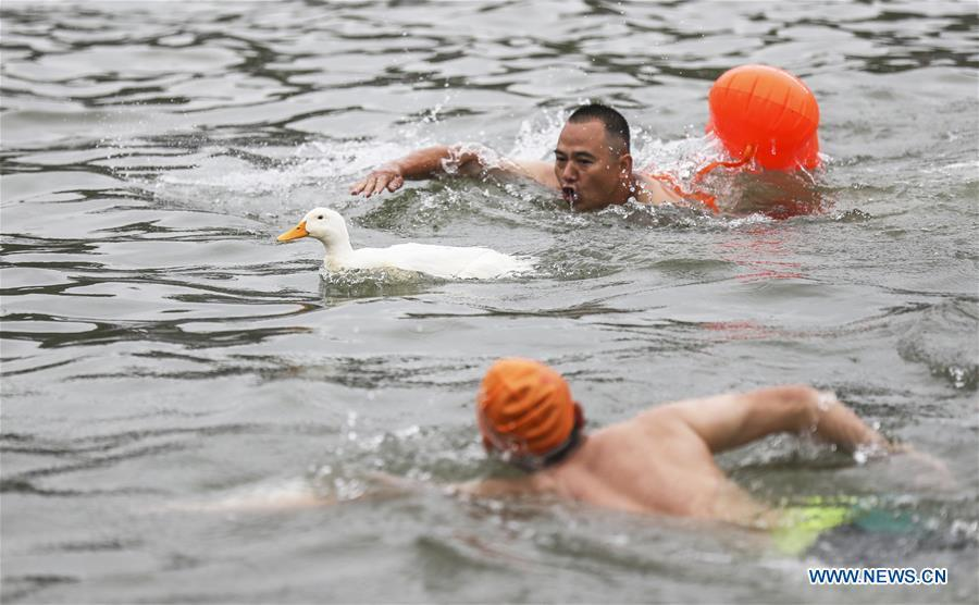 Two men compete in an event to catch a duck on the Yujiang River as part of the traditional folk customs to celebrate the upcoming Duanwu Festival in Changning County of Yibin, southwest China\'s Sichuan Province, May 29, 2019. Duanwu Festival is traditionally celebrated on the fifth day of the fifth month on Chinese lunar calendar. (Xinhua/Zhuang Geer)