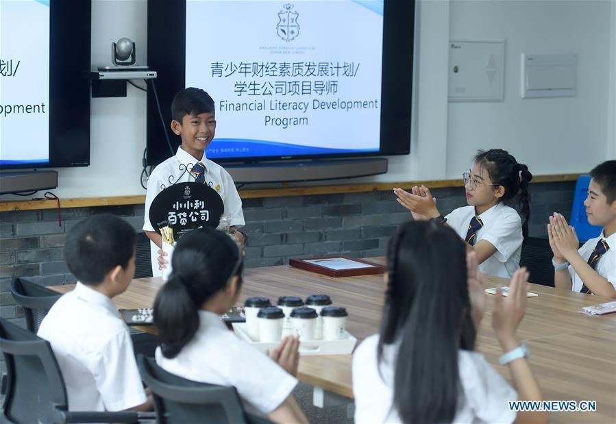 Thuch Salik shares his commercial experience with classmates at a foreign language school in Zhuji, east China\'s Zhejiang Province, May 29, 2019. Thuch Salik became viral overnight when a video clip showing him selling souvenirs in a dozen distinct languages near Angkor Wat was shared online on November 2018. Born in a family with financial difficulties, the 14-year-old Cambodian boy got global attention for his multilingual talent. In May, Salik was offered a place at a foreign language school in Zhuji of east China\'s Zhejiang Province on an education programme funded by a private sponsor in China. Salik said he has high expectations for his education opportunity and life in China. (Xinhua/Han Chuanhao)