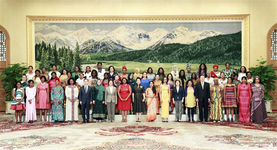 Peng Liyuan, wife of Chinese President Xi Jinping, poses for a photo with a group of international graduate students from China Women\'s University (CWU) at the Great Hall of the People in Beijing, capital of China, May 30, 2019. The students are from CWU\'s International Master\'s Program of Social Work in \