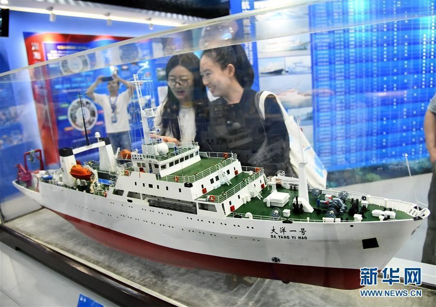An exhibition of samples collected by China's deep-sea exploration missions and supporting information is held at the China Ocean Sample Repository in Qingdao City, Shandong Province, May 30, 2019.  Organized by the Ministry of Natural Resources, the exhibition includes models of the research vessel Dayang Yihao, or Ocean No. 1, and the submersible Jiaolong. (Photo/Xinhua)