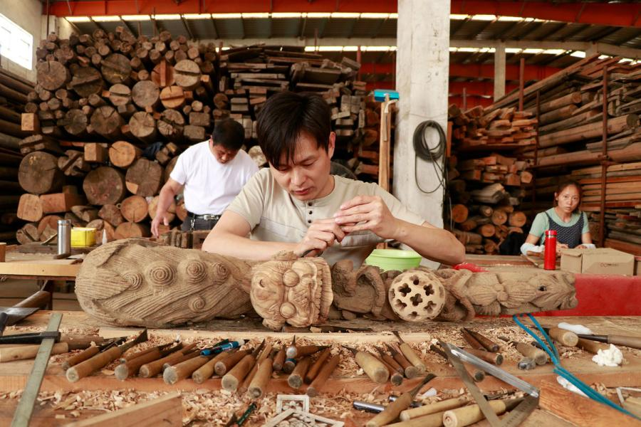 Craftsmen repair wooden components of ancient residences at a warehouse in Bengbu Ancient Residence Exhibition Park based in Bengbu, East China\'s Anhui province. (By Zhu Lixin/chinadaily.com.cn)