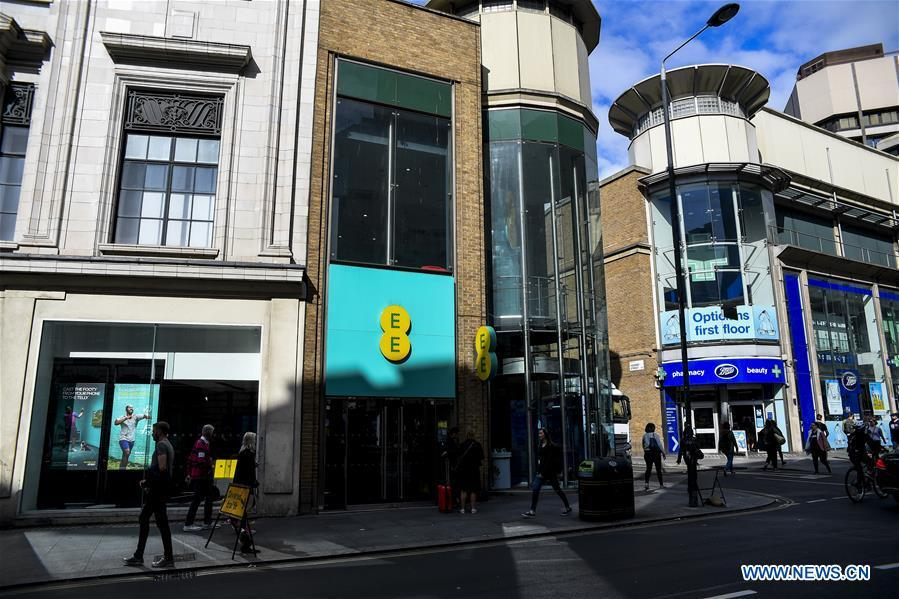 An EE store is pictured on the day the mobile network operator has officially launched the 5G service in London, Britain, May 30, 2019. Mobile network operator EE said on last Wednesday that it would launch Britain\'s first 5G service in six major cities on May 30th. (Xinhua/Han Yan)