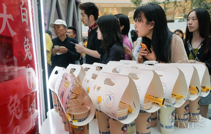 Two pop-up milk tea stores of China\'s White Rabbit Creamy Candy opened at LuOne in Shanghai. People swarmed to try the new products of this Chinese iconic brand, which recalled their childhood memories. (Photos: Lu Ting/GT)