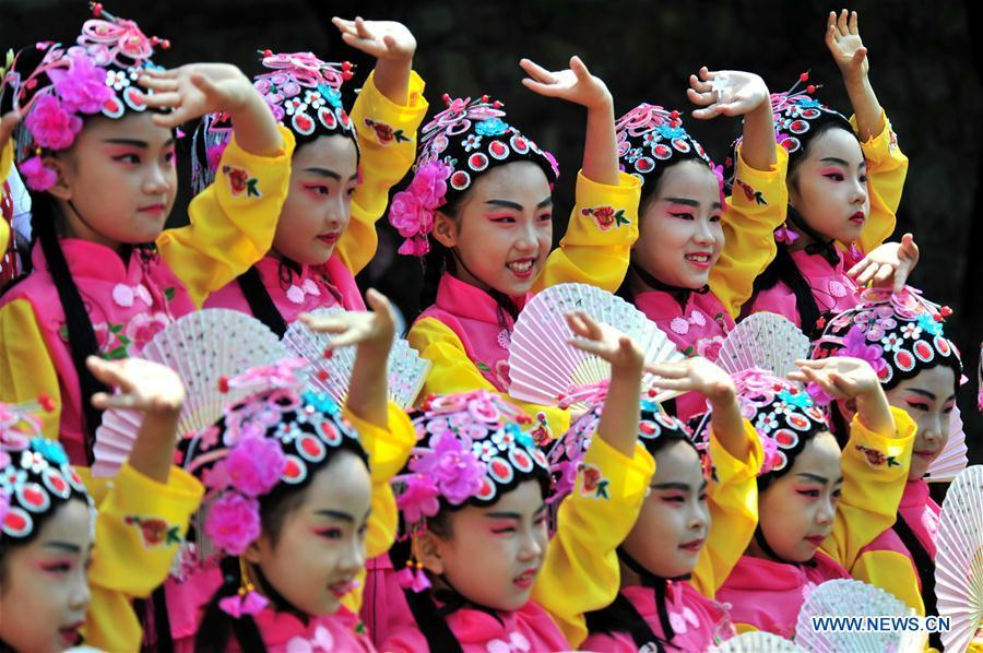 Students perform traditional Chinese opera during an event in celebration of the International Children\'s Day in Yichang City, central China\'s Hubei Province, May 31, 2019. (Xinhua/Zhang Guorong)